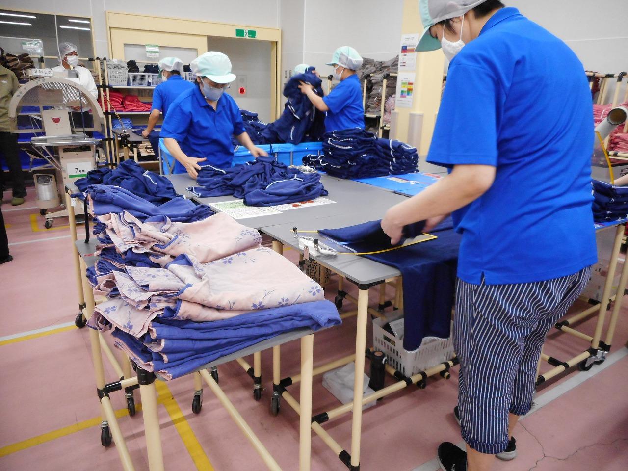 武蔵屋藤岡工場改善された治具を使ってのタタミ作業