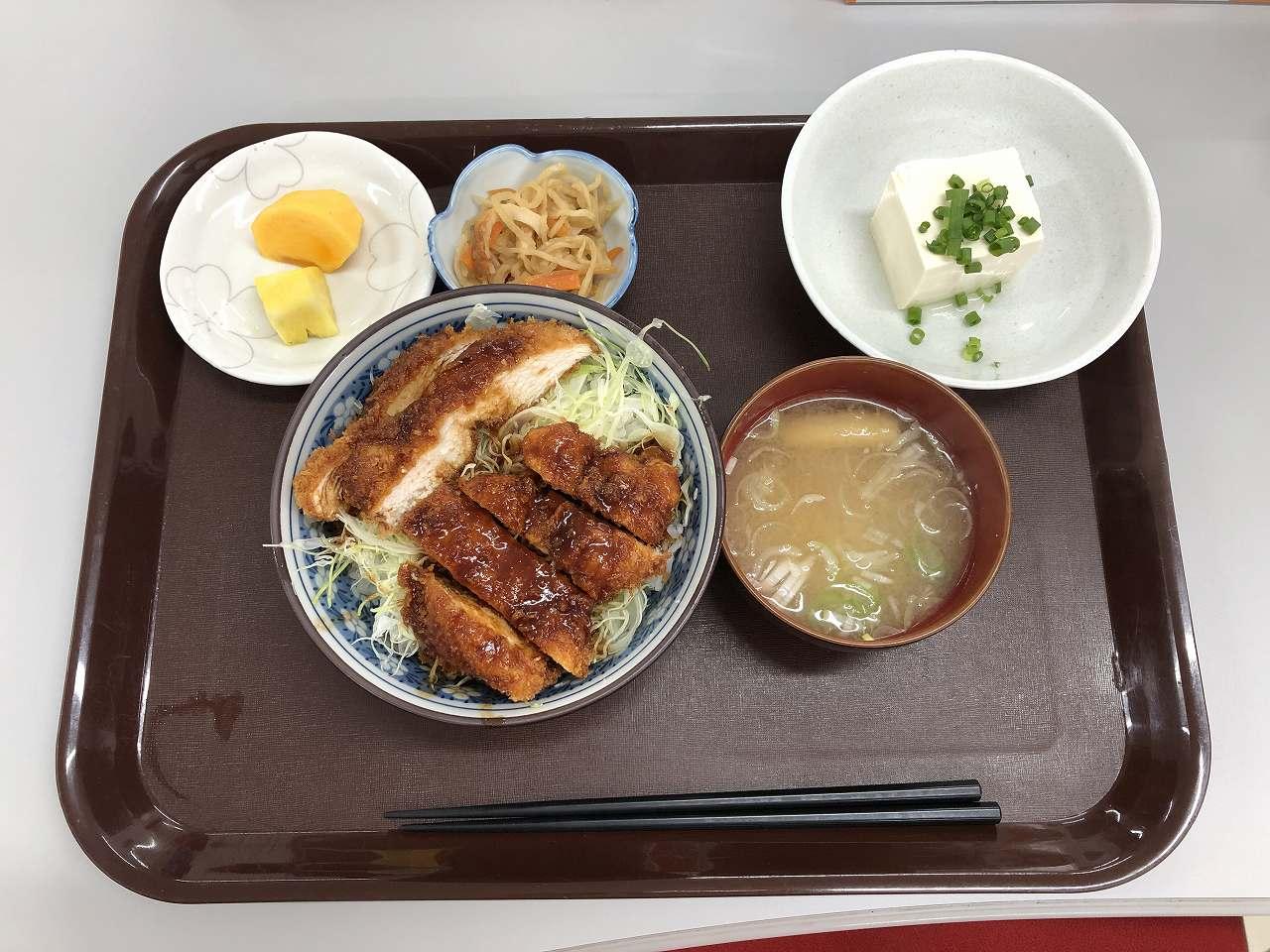 社員食堂本日メニューはソースカツ丼!です