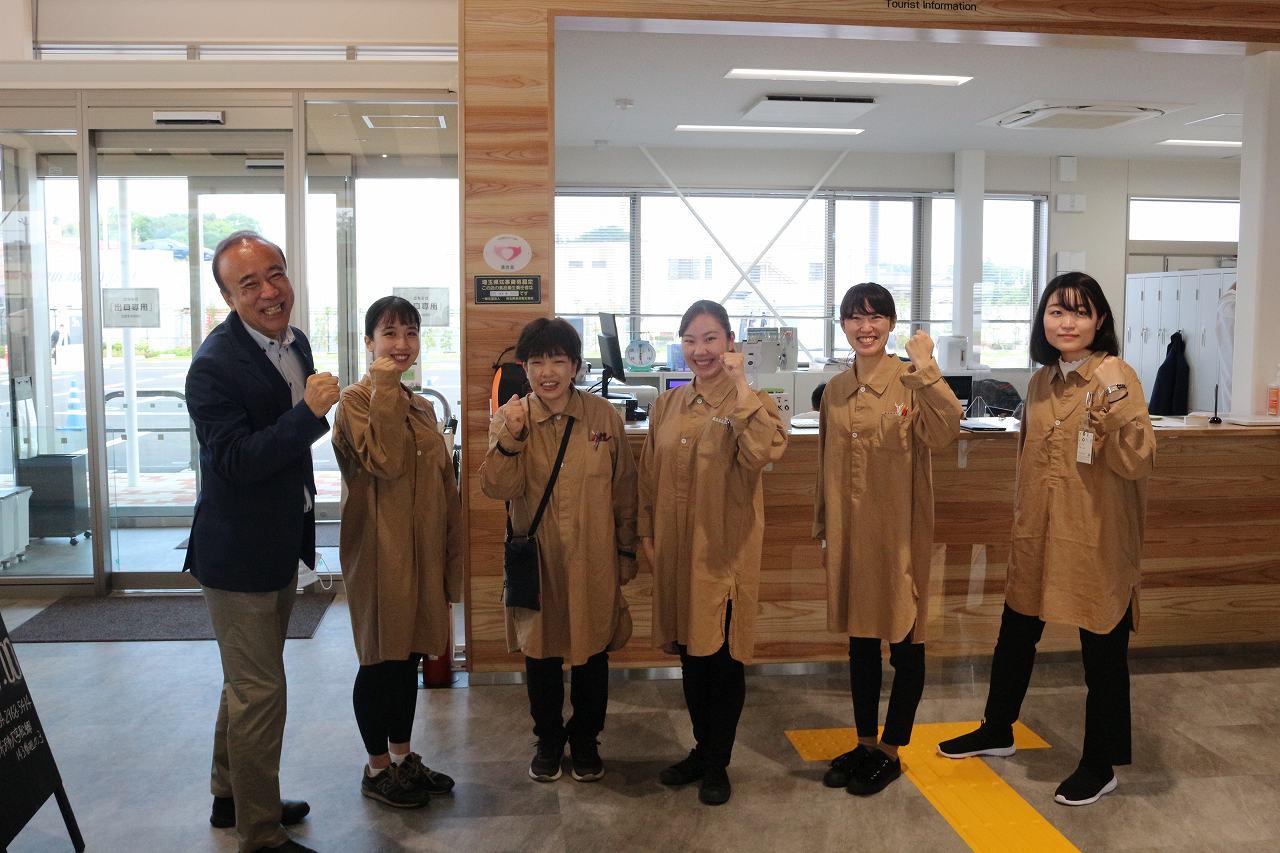 最高の笑顔でご対応します!宮本館長とyot-tokoさわやか社員さん!