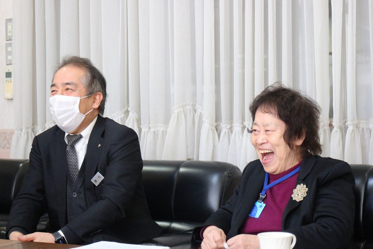 佐藤栄太郎理事長の思い出話に花が咲きます。田中理事長と藤井教頭先生の お二人の笑顔が、その求心力を物語っています